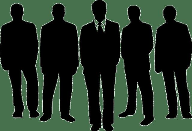 5 silhouettes d'hommes en costumes